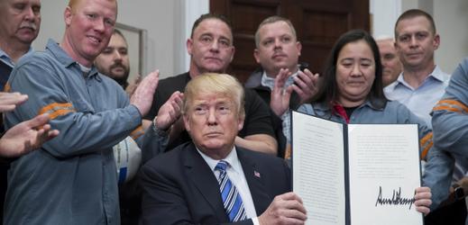 Donald Trump a podepsaný zákon o oceli.