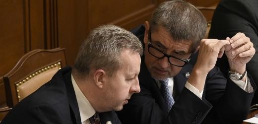 Ministr životního prostředí Richard Brabec (vlevo) a Andrej Babiš na jednání Poslanecké sněmovny.