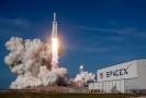 Start rakety společnosti SpaceX Falcon Heavy.
