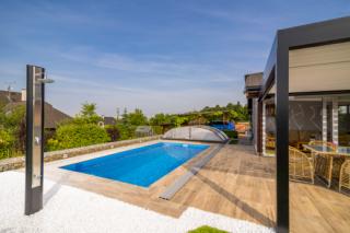 A je hotovo! Keramický bazén Excelence Vikomt s posuvným zastřešením Compact Bronze a solární sprchou De Luxe.