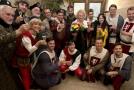 Herečka Regina Rázlová (uprostřed) přijímá gratulace od souboru k oslavě svých 70. narozenin.