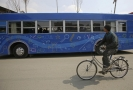 Modrý autobus přiváží radost afghánským dětem.
