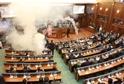 VIDEO: Kosovská opozice zablokovala hlasování slzným plynem