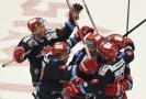 Hokejisté Třince se radují po další domácí výhře. V sérii vedou 3:2.