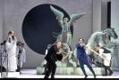 Jaroslav Březina jako Matěj Brouček (vpředu vlevo), Martin Šrejma v roli Mazala a Alžběta Poláčková jako Etherea (vzadu nahoře) při generální zkoušce opery Výlety páně Broučkovy 20. března 2018 v pražském Národním divadle.