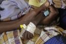 Ruka podvyživeného dítěte v Keni.