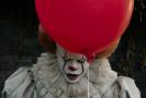 Bill Skarsgård jako zlý klaun Pennywise ve snímku To.
