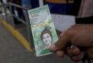 Bankovka v hodnotě pět tisíc bolívarů.