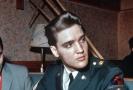 Elvis Presley v uniformě armády USA.
