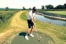 Zahradu velšského fotbalisty nově zdobí tři repliky golfových jamek.