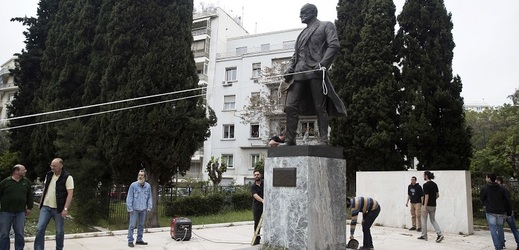 Demonstranti se v Aténách pokusili strhnout sochu Harryho Trumana.
