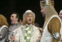 Herci (zleva) Hank Azaria, David Hyde Pierce a Tim Curry ve hře Monty Python´s Spamalot.