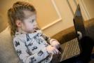 Dítě surfující na internetu.