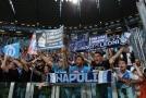 V turínských ulicích došlo před utkáním Juventusu s Neapolí k netradiční situaci. Fanoušci obou klubů se společně objali a skandovali.