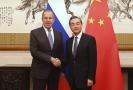 Ruský ministr zahraničí Sergej Lavrov (vlevo) se svým čínským protějškem Wang Iem.