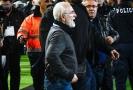 Majitel týmu PAOK Soluň vběhl na trávník s pistolí.