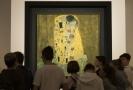 Patrně nejslavnější dílo umělce G. Klimta - Polibek.