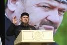 Čečenský prezident Ramzan Kadyrov (na podobizně je za ním jeho otec Achmat).