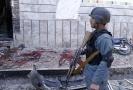 Afghánský člen bezpečnostních složek na místě útoku.