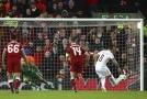 Fotbalisté římského AS prohrávali na hřišti Liverpoolu o pět branek, díky závěrečným deseti minutám se ale vrátili do hry.