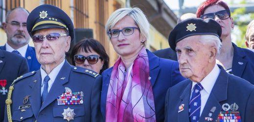 Veterán Alois Dubec (vlevo), ministryně obrany v demisi Karla Šlechtová a veterán Josef Švarc (vpravo) se zúčastnili 6. května 2018 v Plzni odhalení nového pomníku letcům RAF, kteří se narodili v již zaniklé plzeňské čtvrti Karlov.