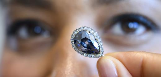 Vzácný modrý diamant Farnese Blue.