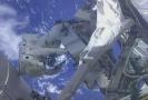 Astronauté pracující vně ISS.