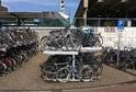 Stojany pro kola před železničním nádraží v Enschede.