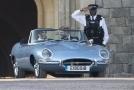 Harry s Meghan se odvezli v elektrické verzi legendárního jaguaru Jaguar E-Type Zero.