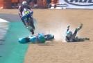 Jakub Kornfeil se při závodě ve francouzském Le Mans blýskl parádním kouskem, když přeskočil ležící motocykl svého soupeře.