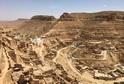 Berberské vesnice jsou postaveny na kamenných terasách ve vrstevnicích po vrcholy vápencových skal.