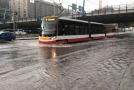 Prudká bouře komplikovala dopravu v Praze.