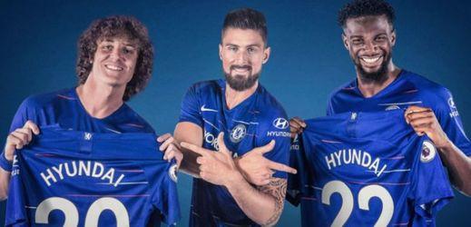 Hvězdy Chelsea Olivier Giroud, David Luiz a Tiémoué Bakayoko s dresy se jménem nového partnera.