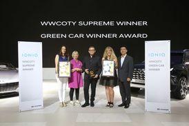 Při slavnostním udílení ceny nechyběl ani Peter Schreyer, prezident a šéfdesignér společnosti Hyundai Motor (uprostřed).
