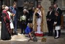 Pietního obřadu ve Westminsterském opatství se zúčastnila také Hawkingova dcera Lucy (pokládá kytici).
