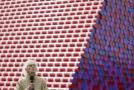Výtvarník Christo odhalil v Londýně barevnou mastabu ze sudů.