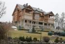 V parku je k vidění i zlatý pecen, který byl nalezen v domě (na snímku) svrženého prezidenta Viktora Janukovyče.