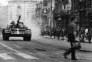Tank projíždějící hlavním městem v roce 1968
