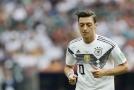 Německý záložník Mesut Özil čelí velké kritice.