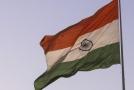 Muž pochoduje s indickou vlajkou v ruce (ilustrační foto).