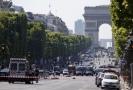 Policie zajišťuje oblast Champs Elysées v Paříži, poté, co řidič narazil do policejního vozu 19. června 2017.