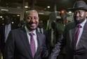 Projev etiopského premiéra Abiye Ahmeda (vlevo) přerušila exploze.