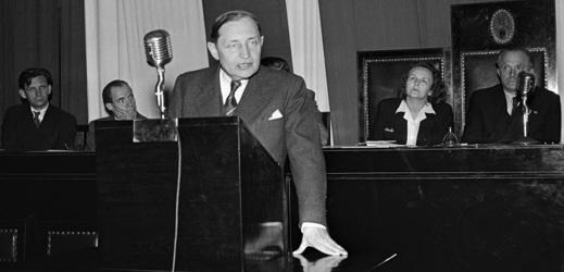 Tehdejší předseda sociálních demokratů Zdeněk Fierlinger na slučovací poradě KSČ a ČSSD 21. května 1948.
