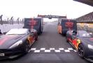 Týmoví kolegoví z Red Bullu ve svých Aston Martinem a s karavany za sebou.