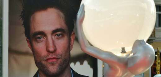 Do varů přijel Robert Pattinson, uvede film a dostane cenu.