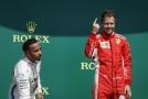 Lewis Hamilton (vlevo) z Williaamsu po kolizi naznačil, že Ferrari nehraje fér.