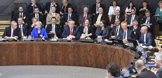 Státníci aliančních zemí při summitu NATO v Bruselu.