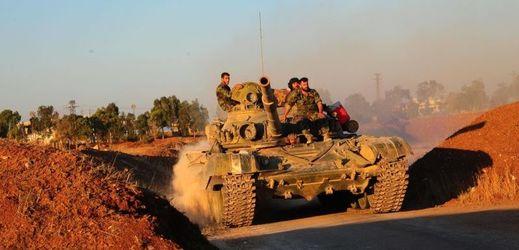 Syrský tank při ofenzívě v provincii Dará.