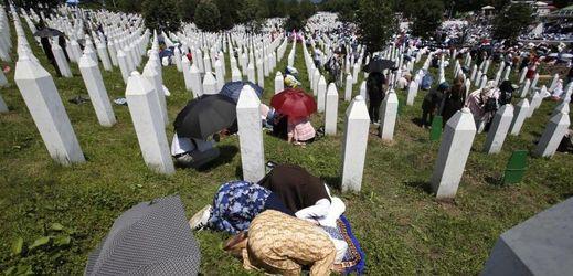 Bosenské ženy modlící se při pohřbu 35 nově identifikovaných obětí masakru z roku 1995.
