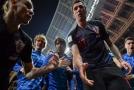 Chorvatští fotbalisté samou radostí zalehli jednoho z fotografů.